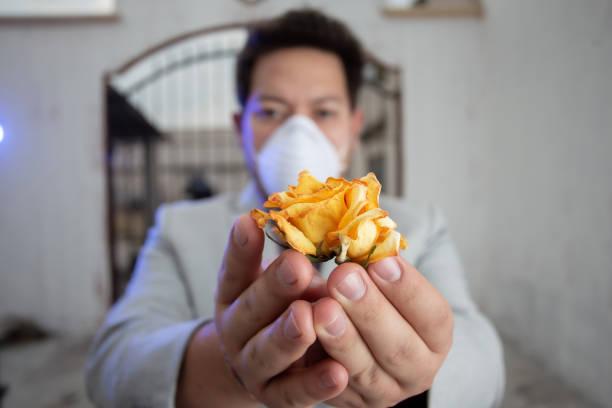hombre de negocios en traje usando su máscara antivirus n95 - gerardo huitrón fotografías e imágenes de stock