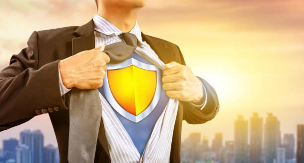 homme d'affaires en costume de super héros avec bouclier - Photo
