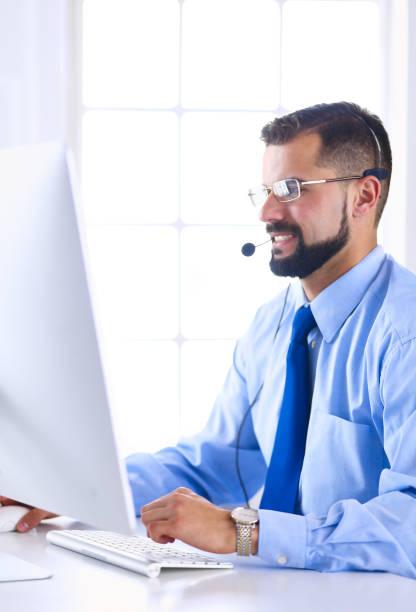 Geschäftsmann im Büro am Telefon mit Headset, Skype, FaceTime – Foto
