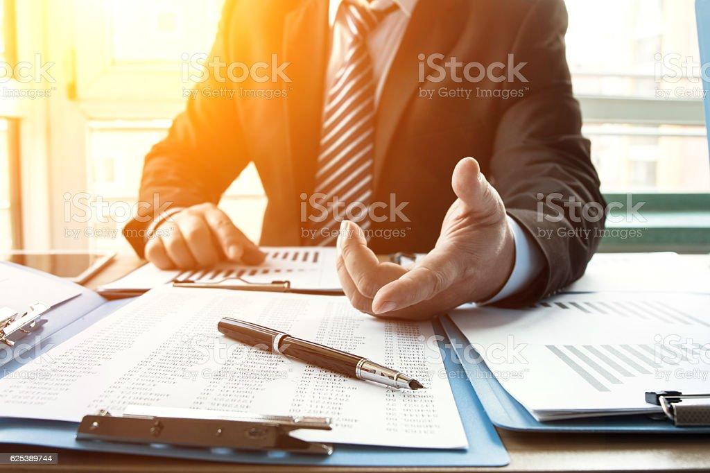 Geschäftsmann im Büro  – Foto