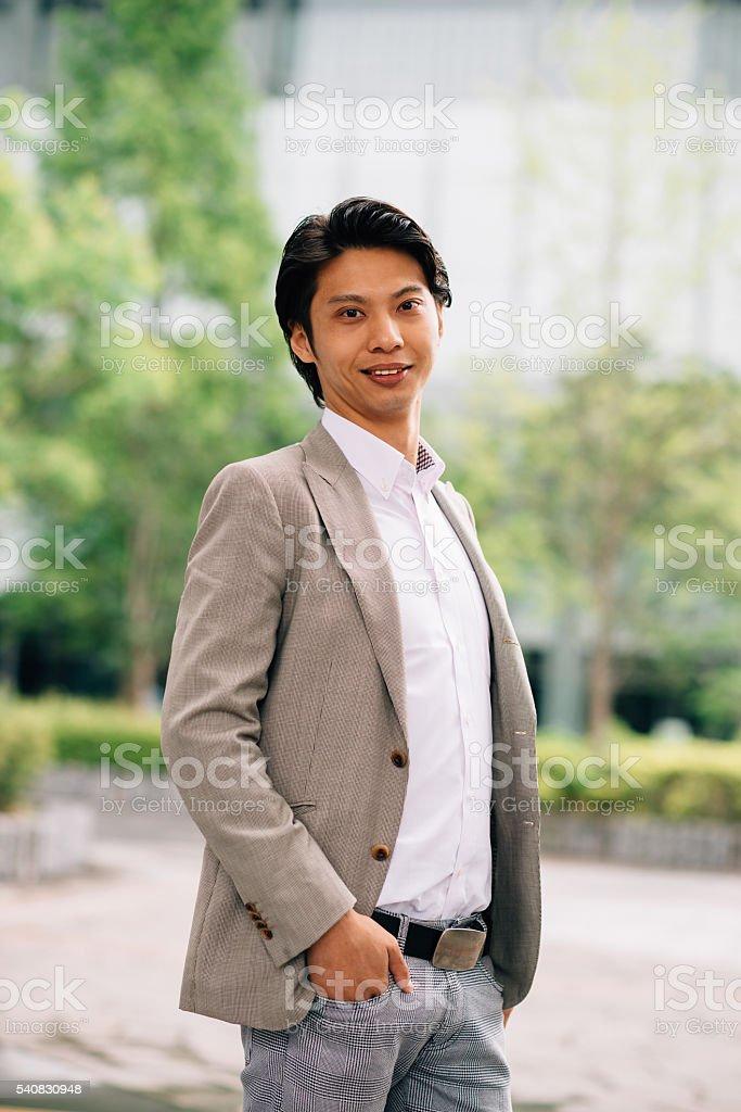 hot sale online f5927 c17b9 Geschäftsmann Im Tokio Im Elegantlegere Kleidung Stockfoto ...
