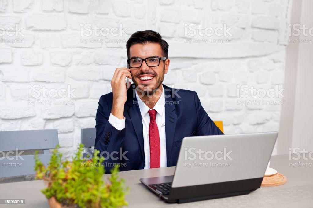 Empresário na Turquia falando no telefone - foto de acervo