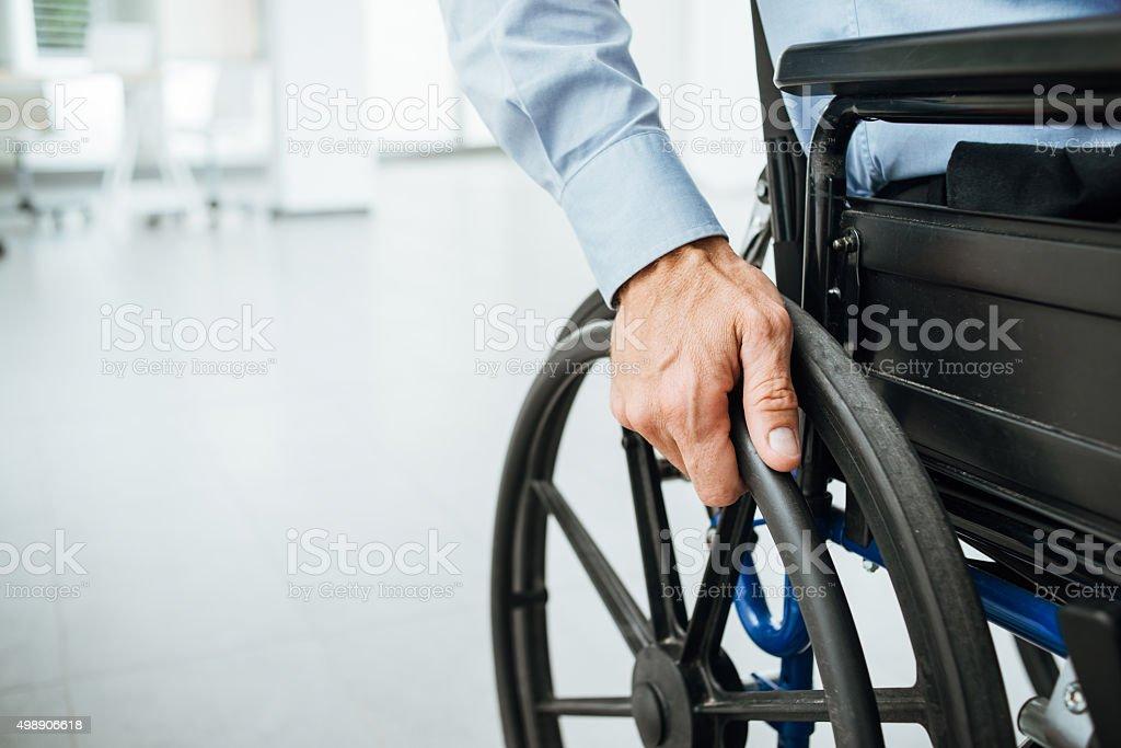 Hombre en silla de ruedas - foto de stock