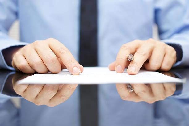 Geschäftsmann lesen Vertrag ist sorgfältig  – Foto