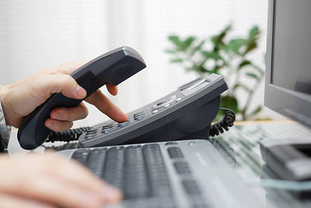 Geschäftsmann ist die Telefonnummer ein Telefon im Büro – Foto