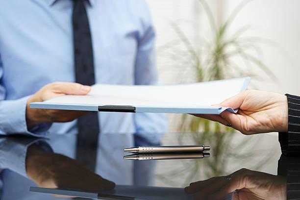 Geschäftsmann läuft der Vereinbarung unterzeichnet an Kunden nach erfolgreicher Verhandlungen – Foto