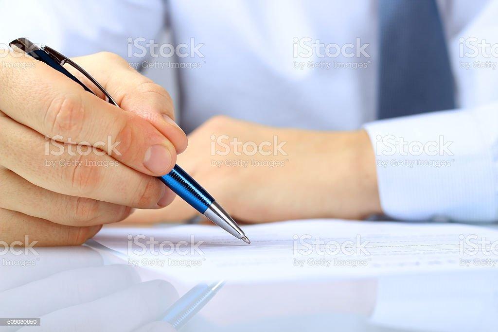 Kaufmann ist einen Vertrag, Geschäft Vertragsdetails Unterzeichnung – Foto