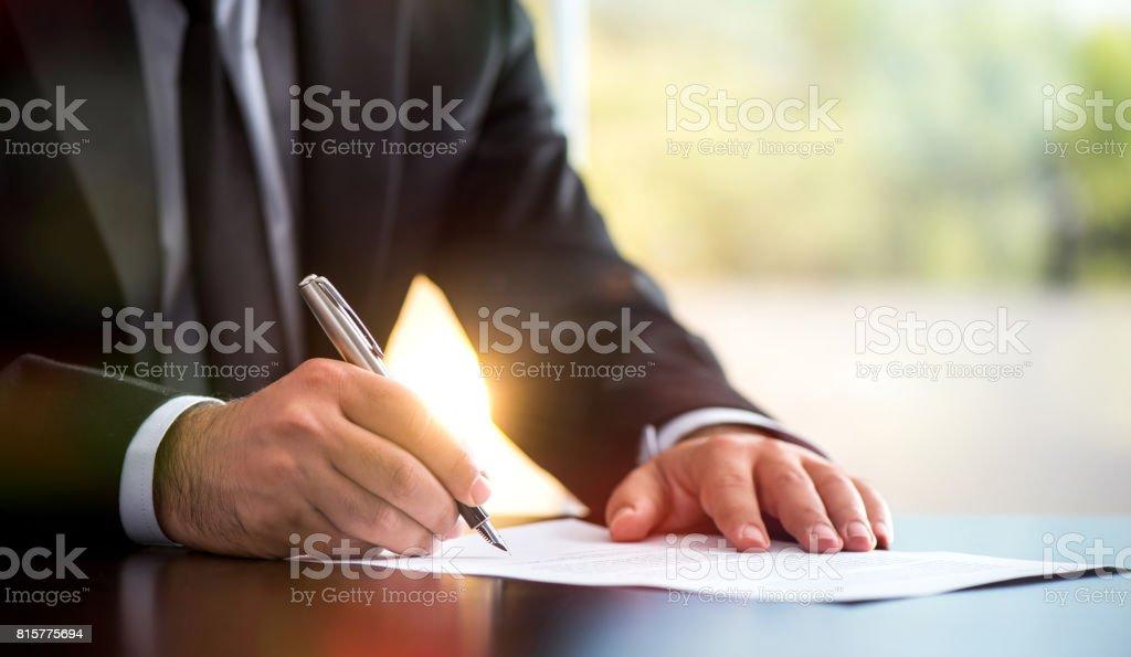 Kaufmann ist ein juristisches Dokument In Office Unterzeichnung – Foto