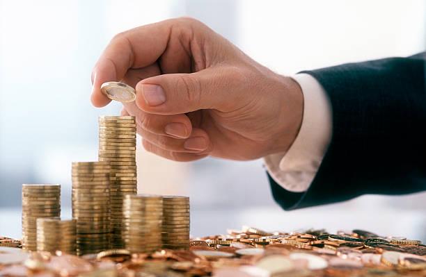 Geschäftsmann ist Stapeln 1 Euro-Münzen – Foto