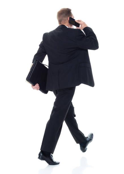 Geschäftsmann geht spazieren und telefoniert – Foto
