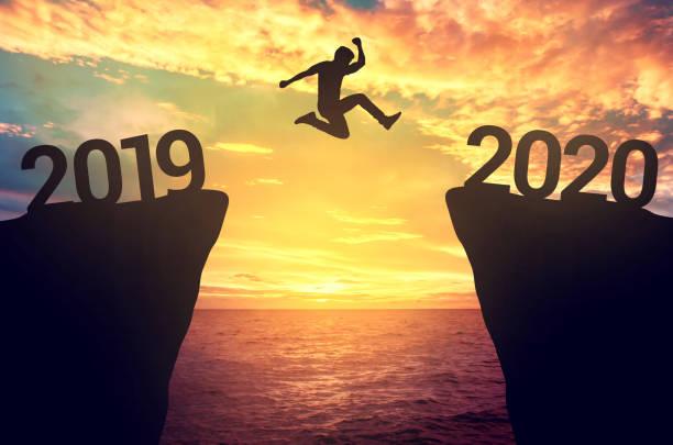 empresario salta entre 2019 y 2020 años. - año nuevo fotografías e imágenes de stock