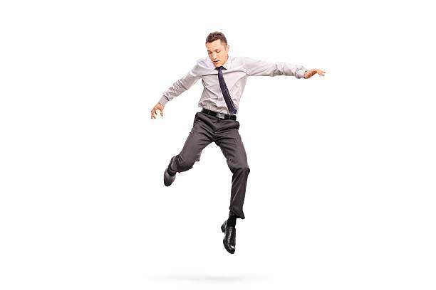 uomo d'affari saltando in aria e guardare in basso - levitazione foto e immagini stock