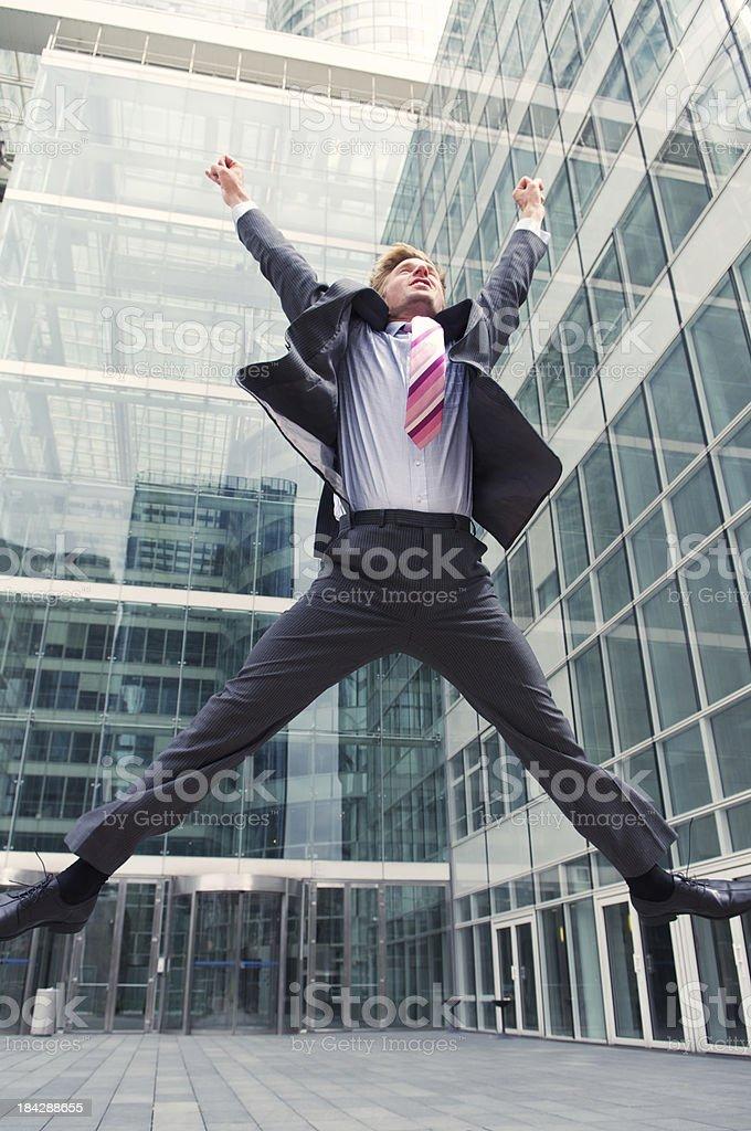 Empresario Jumps en el frente de la torre de oficina moderna de vidrio - foto de stock