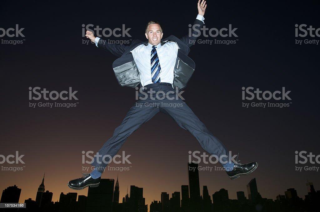 Empresario Jumps Over atardecer de horizonte - foto de stock