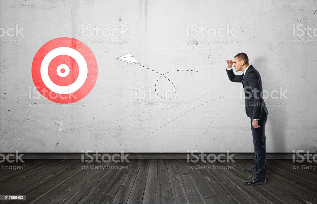 Businessman keeping track of the paper airplane flying right on - Lizenzfrei Aktivitäten und Sport Stock-Foto