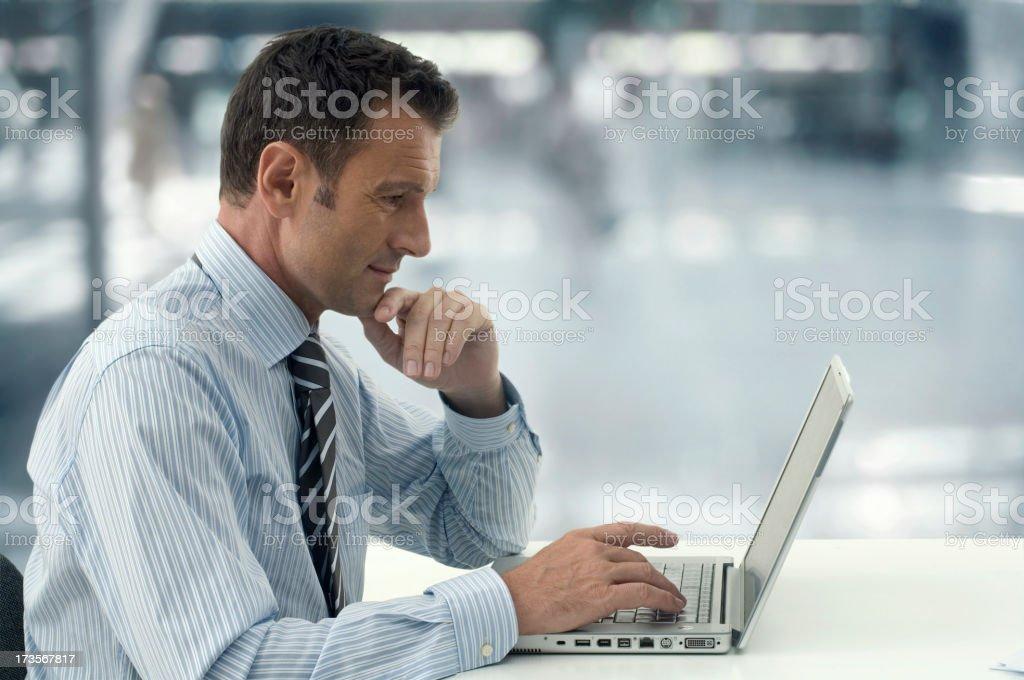 Geschäftsmann Laptop - Lizenzfrei Arbeiten Stock-Foto