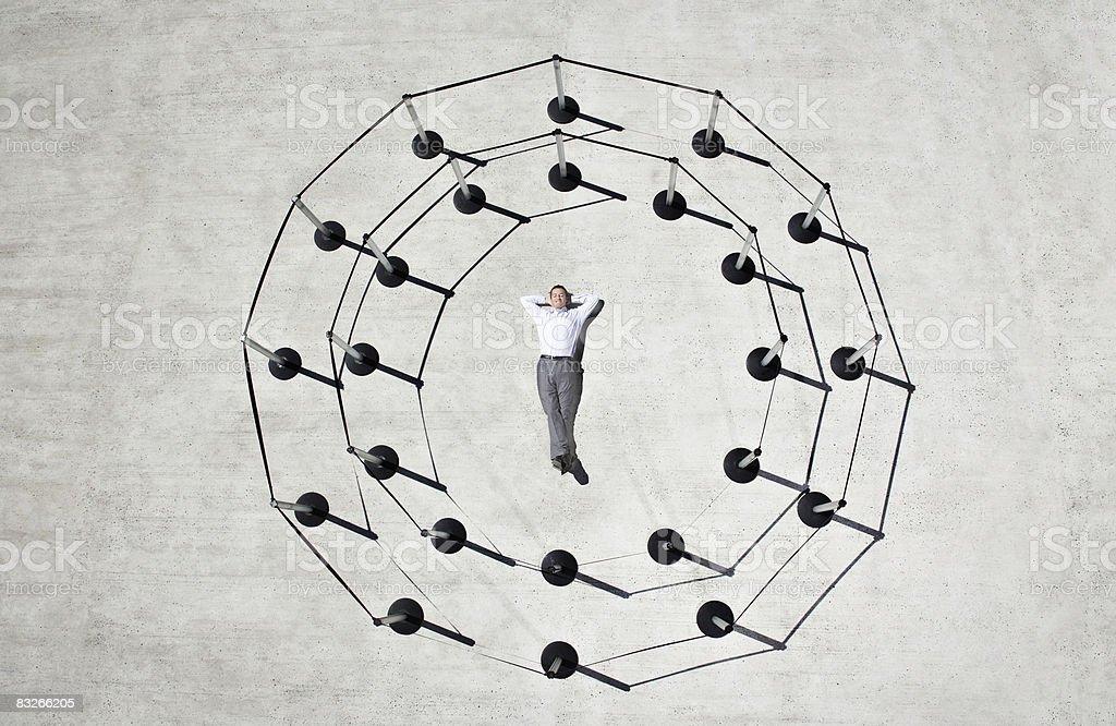 Uomo d'affari posa nel cerchio di piedi nel cordone post foto stock royalty-free