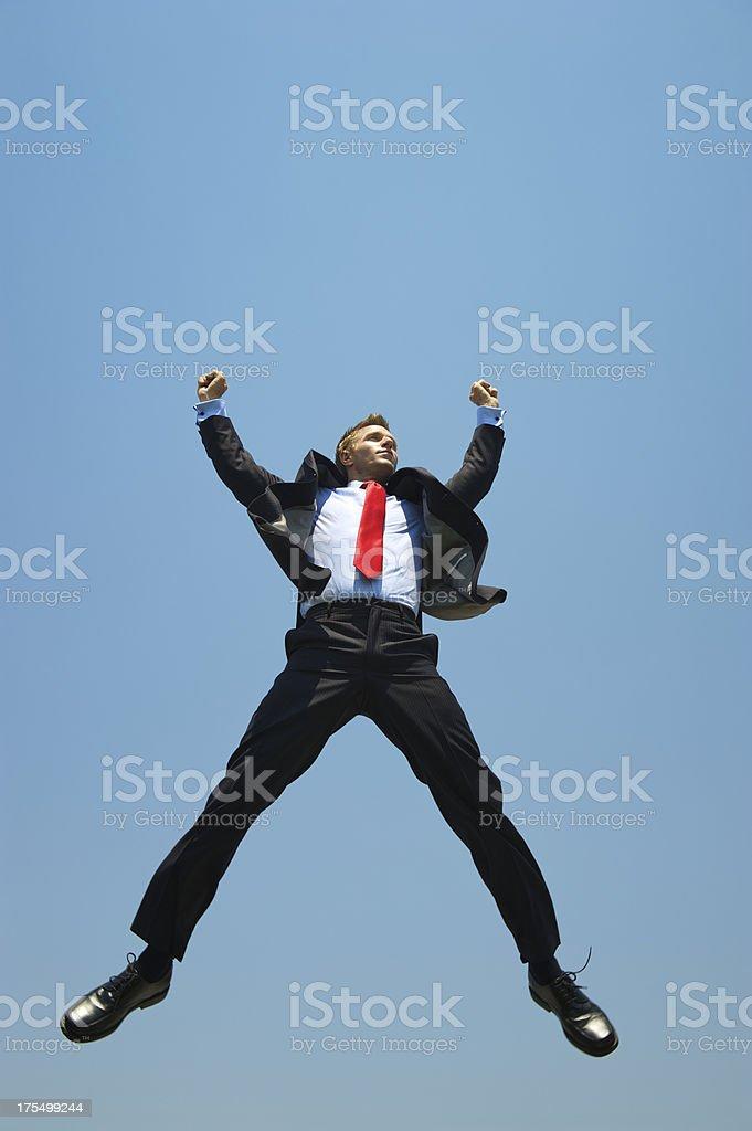 Empresario pasos en cielo azul con alzar los brazos - foto de stock