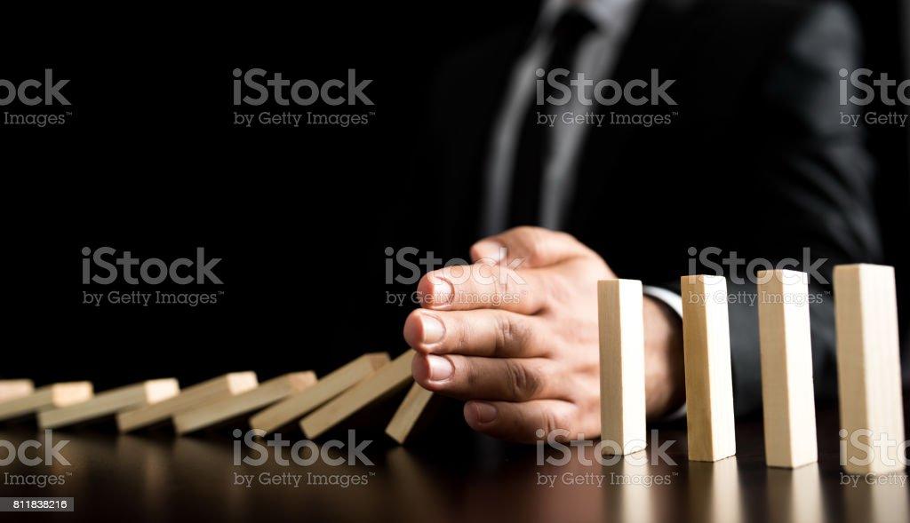 Geschäftsmann lassen oder Domino-Kette Sturz zu verhindern – Foto