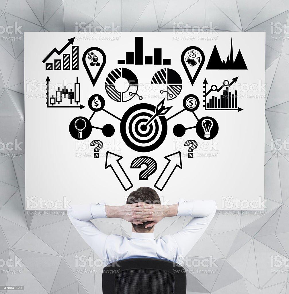 Hombre de negocios mirando a analitics esquema - foto de stock