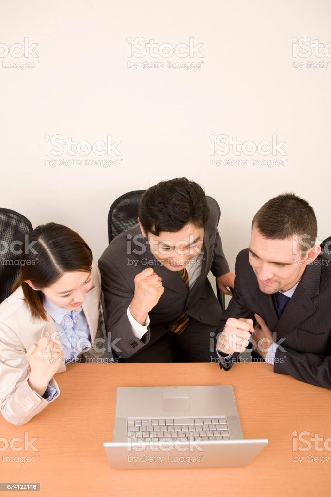 看著電腦顯示器,一個拳頭到空氣中,OL 的商人 免版稅 stock photo