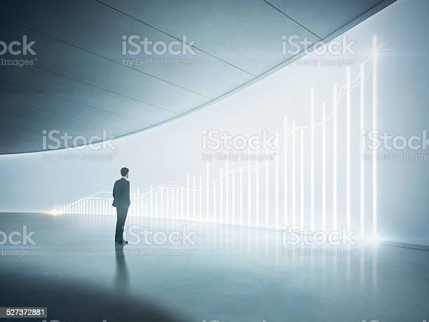 Hombre De Negocios Mirando A La Brillante Cuadro En La Pared Foto de stock y más banco de imágenes de Adulto