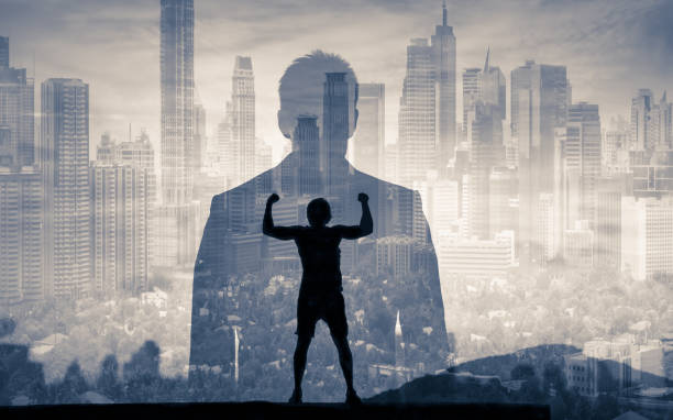zakenman die de stad bekijkt - dubbelopname businessman stockfoto's en -beelden