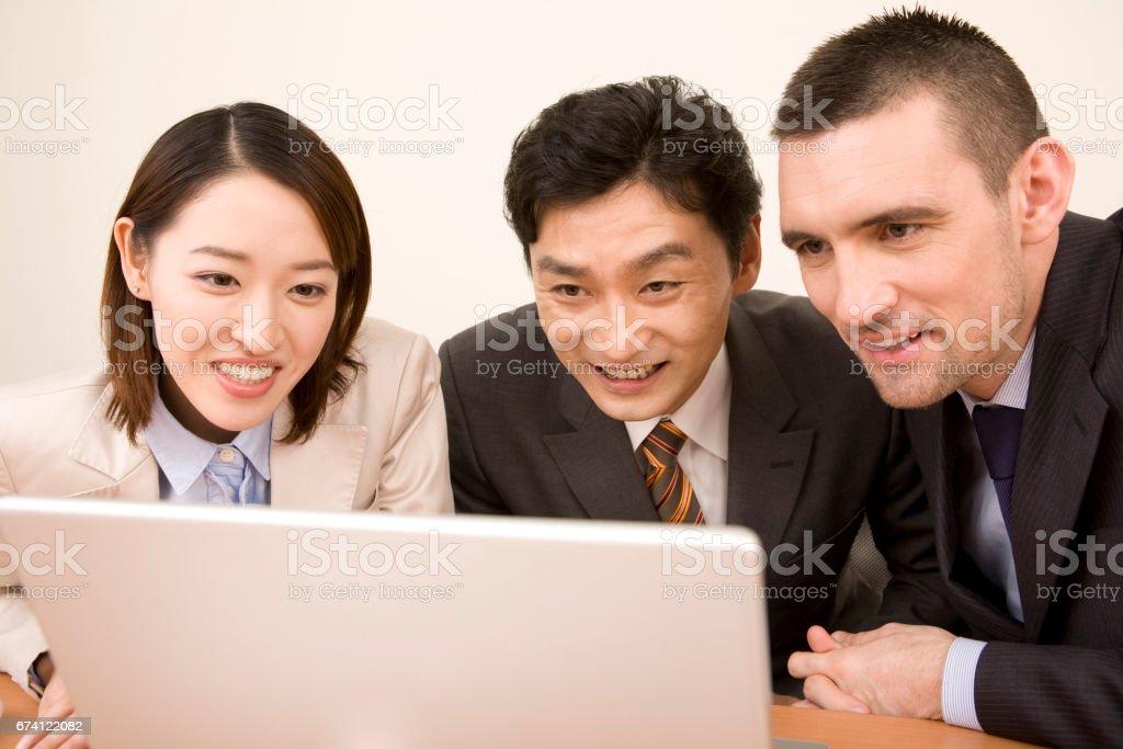 看著電腦顯示器,請的商人和其他職等 免版稅 stock photo