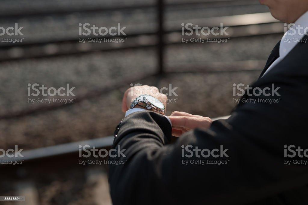 Hombre de negocios mirando a la hora en su reloj de pulsera foto de stock  libre c3b660049b25