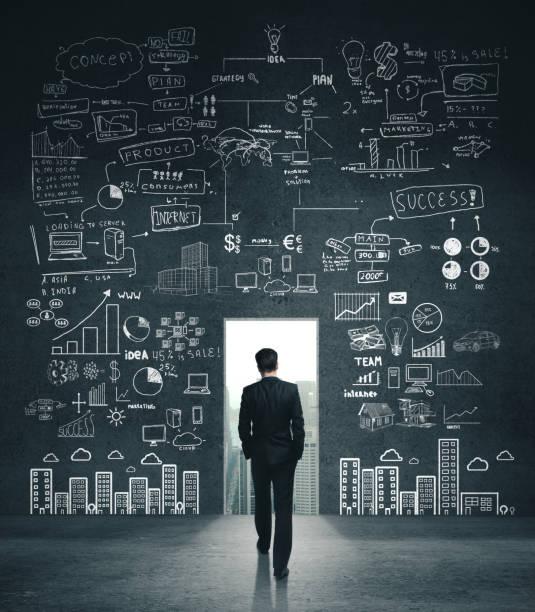 Geschäftsmann auf der Suche nach Zeichnung Business-Skizze – Foto
