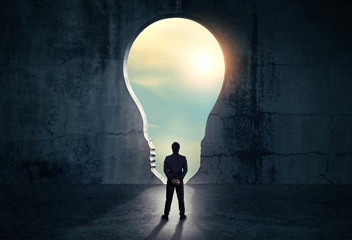 Geschäftsmann Aus Abstrakten Öffnung In Wand Mit Hellem Tageslicht In Konkrete Interieur Konzept Für Den Erfolg Stockfoto und mehr Bilder von Abstrakt