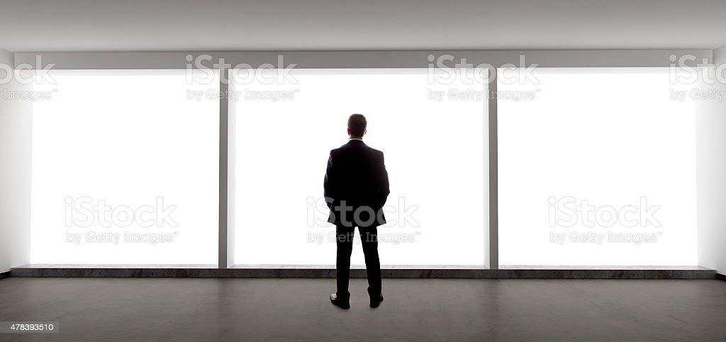 Geschäftsmann Blick aus dem Fenster werfen – Foto