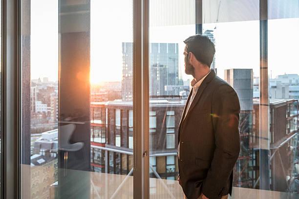 Geschäftsmann in Büro Fenster im Sonnenlicht – Foto