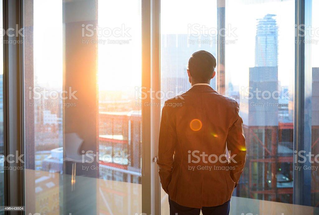 Geschäftsmann in Büro Fenster im Sonnenlicht Lizenzfreies stock-foto