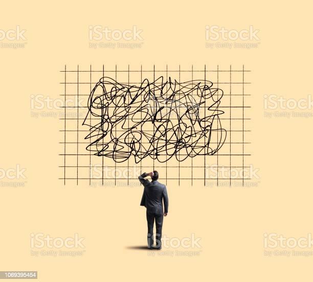 ビジネスマンの予測を示すグラフ見て移動します - アメリカ合衆国のストックフォトや画像を多数ご用意