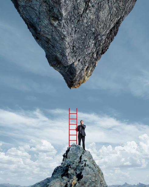 businessman looking up an der unmöglichkeit - hindernisse überwinden stock-fotos und bilder