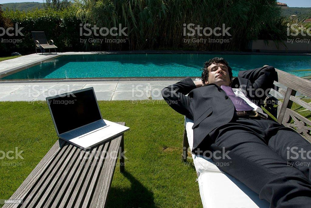 Geschäftsmann liegen im Garten, Zekeriyaköy, Istanbul, Türkei Lizenzfreies stock-foto