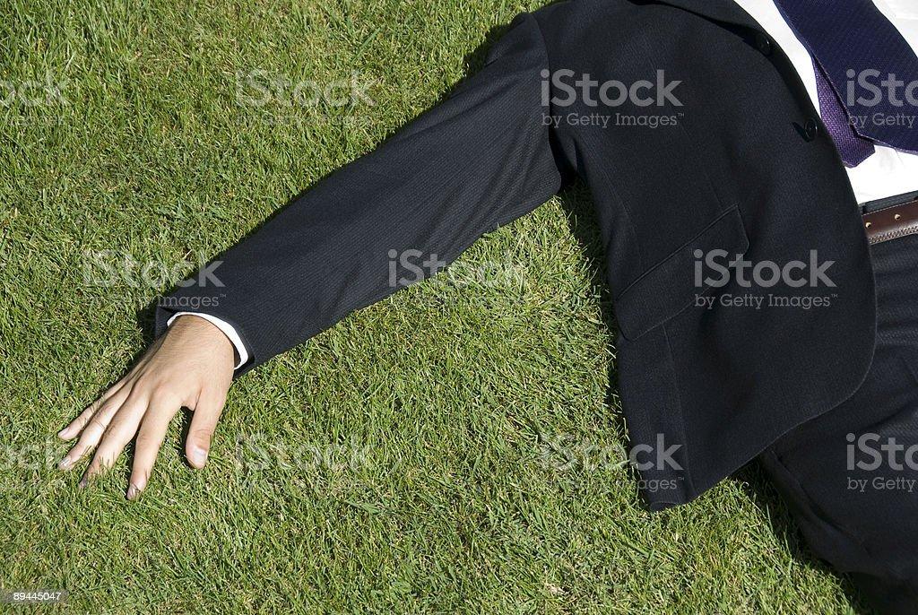 Homme d'affaires allongé sur l'herbe photo libre de droits