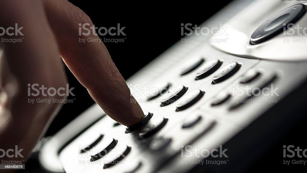 Geschäftsmann einen Anruf auf Festnetzanschluss – Foto