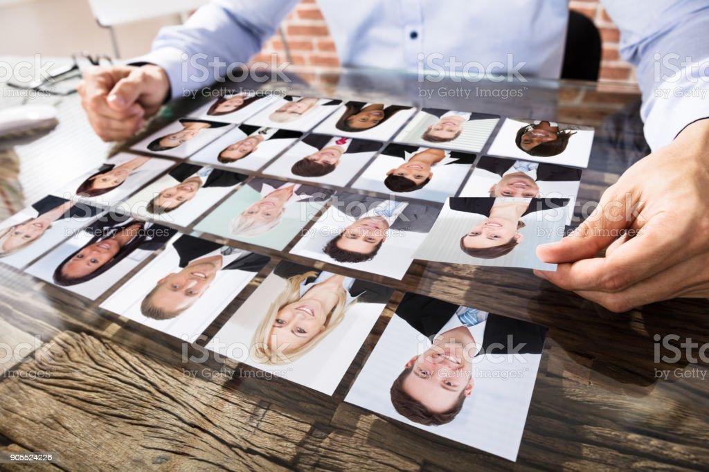 Geschäftsmann, die Auswahl der Kandidaten für den Job machen Lizenzfreies stock-foto