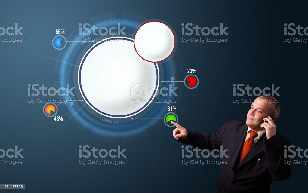 Empresário, fazendo ligação e apresentando o resumo gráfico de pizza moderno com espaço de cópia - Foto de stock de Adulto royalty-free