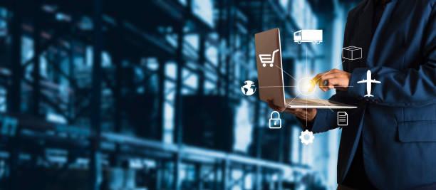 businessman manager met behulp van laptop check bestellingen online goederen wereldwijd voor netwerk met moderne handel warehouse logistics. industrie van het logistieke netwerkconcept. - distributie magazijn stockfoto's en -beelden