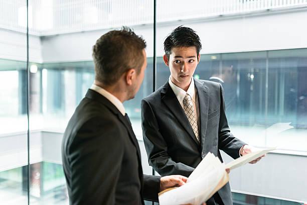 実業家ミーティングには、金融地区の建物 - ビジネスフォーマル ストックフォトと画像