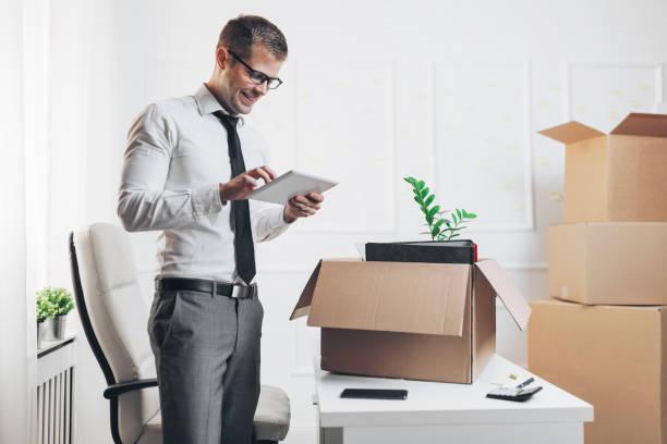 新しいオフィスに引っ越すビジネスマン - オフィス家具 ストックフォトと画像