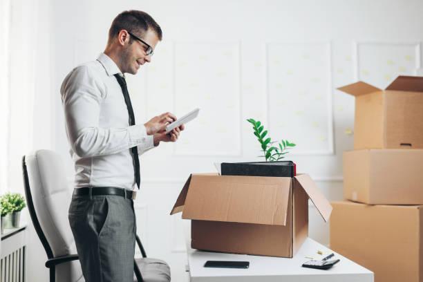 Geschäftsmann zieht in ein neues Büro – Foto
