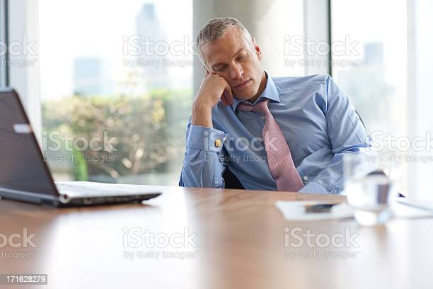 Businessman napping at desk in office picture id171628279?b=1&k=6&m=171628279&s=612x612&h=vzbguwdnf ywjgsuvfsnxwiccaqd5p z wcm0qpnmd4=