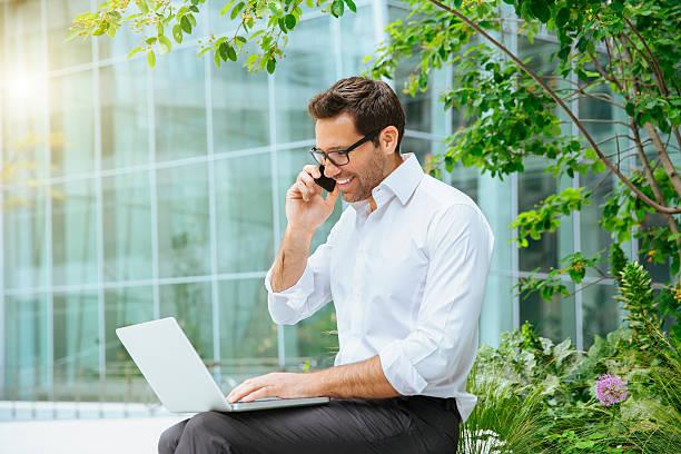 Uomo d'affari in riunione nel quartiere finanziario - foto stock