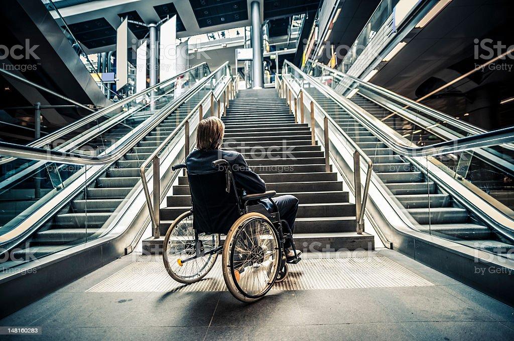 Geschäftsmann auf einem Rollstuhl gegen moderne Treppe – Foto
