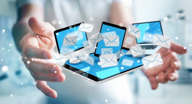 デジタルデバイスの3dレンダリングで電子メールを受信するぼやけた背景のビジネスマン - メールマガジン ストックフォトと画像