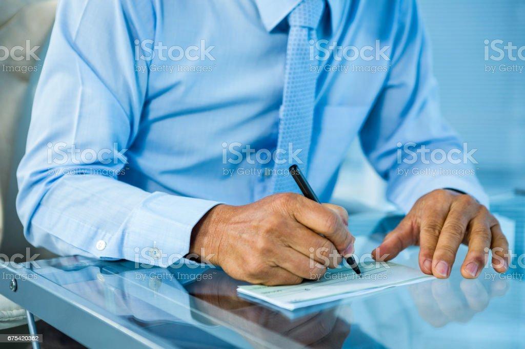 İşadamı masasındaki belge imzalama royalty-free stock photo